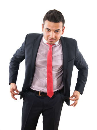 bolsillos vacios: hombre joven con traje y corbata mostrando sus bolsillos vac�os
