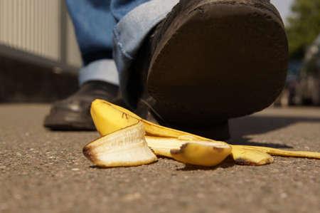 Persona a punto de caer en una cáscara de plátano o banana skin Foto de archivo - 29787735