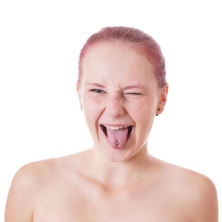 sacar la lengua: Mujer joven descarada sacando la lengua y gui�ando