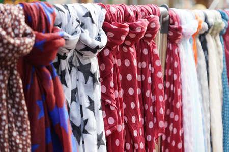 sciarpe: stendibiancheria con una selezione di foulard o sciarpe