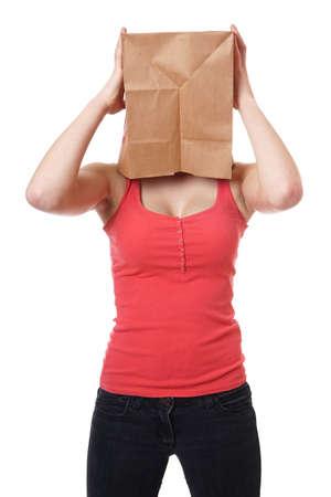 彼女の頭の上に茶色の紙バッグを持つ若い女性 写真素材