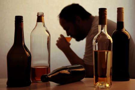 ebrio: silueta de persona an�nima alcoh�lica beber detr�s de botellas de alcohol