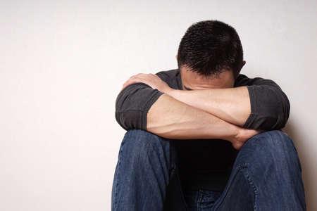 hombre solo: joven quebrantados de corazón deprimido ocultando su rostro
