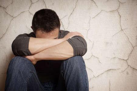 persona deprimida: depresi�n devast� joven que oculta su cara Foto de archivo
