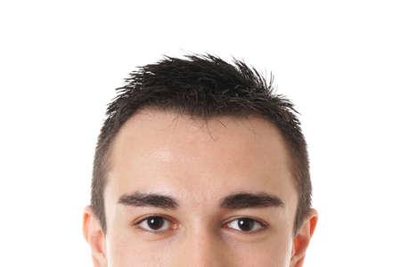 ojos marrones: parte superior del rostro masculino con ojos marrones y cabello corto y oscuro