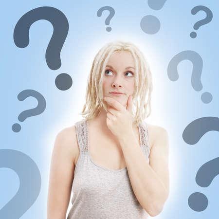 point d interrogation: jeune femme avec des dreadlocks blondes penser avec des points d'interrogation