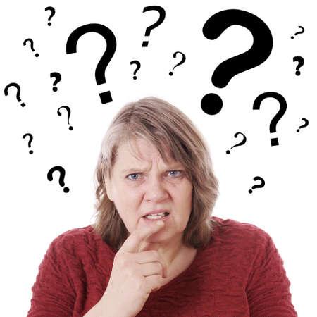 Ältere Frau mit Fragezeichen über ihrem Kopf verwirrt