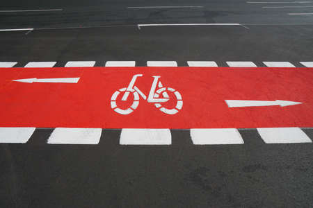 designated cycleway bike lane painted vibrant red Stockfoto