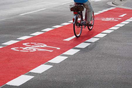 認識できない自転車サイクリング、赤い自転車レーンに通りを横断