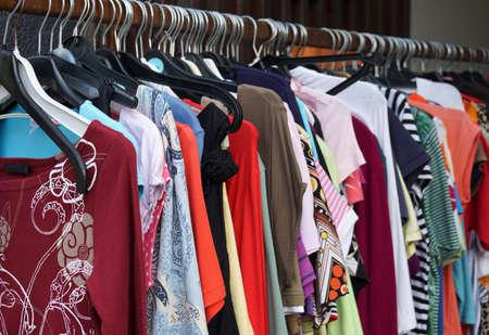 ropa colgada: Ropa de la venta segunda mano en rack con una selecci�n de moda para las mujeres Foto de archivo