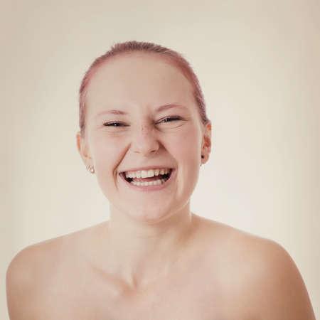 femme qui rit: heureux jeune femme en riant avec filtre suppl�mentaire Banque d'images