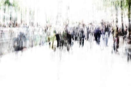 multitud gente: multitud irreconocibles de la gente que camina en la zona peatonal con el desenfoque de movimiento Foto de archivo