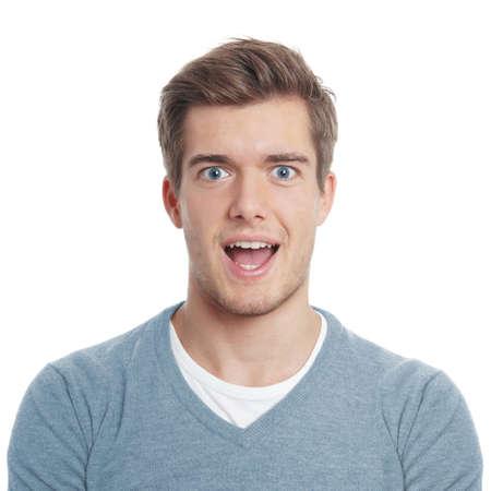 sorprendido: Hombre joven que mira gratamente sorprendido con la boca abierta