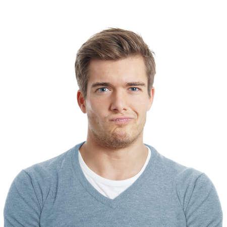 viso uomo: dispiaciuto o scettico giovane uomo sta facendo una faccia
