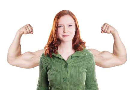 自信を持って若い女性は腕の筋肉力の概念を重ね合わせ