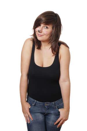tetona: mujer joven con maquillaje de gato aislado en blanco