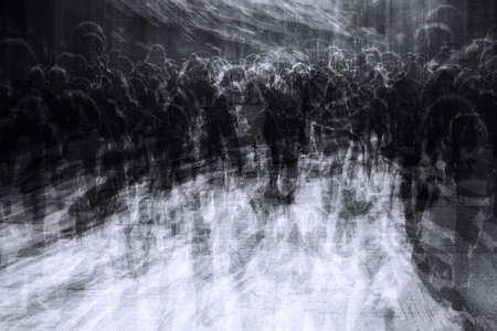 personas en la calle: exposición múltiple de las personas en la ciudad de hacinamiento en viernes negro parecido a un apocalipsis zombie Foto de archivo