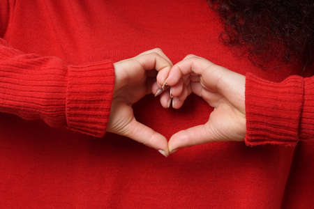 mujer enamorada: love and valentines day concept girl making heart shape hand sign