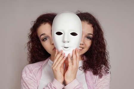 esquizofrenia: De dos caras mujer triste depresión maníaca feliz o concepto de la esquizofrenia Foto de archivo