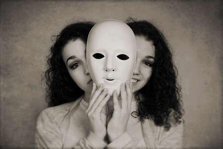 personalidad: De dos caras mujer triste maniaco depresión o la esquizofrenia concepto contento con filtro de la vendimia
