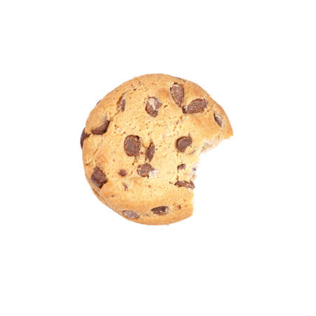 galleta de chocolate: chocolate chip cookie bitten into, isolated on white Foto de archivo