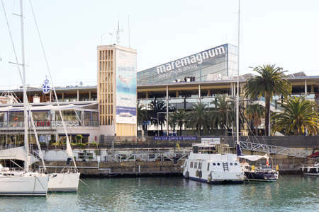 moll: Barcelona, Spain - March 01, 2016: Maremagnum shopping and dining mall at Port Vell harbor.