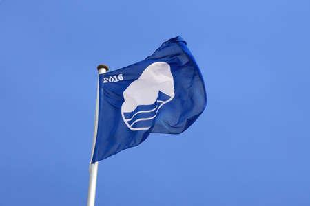 educacion ambiental: Rostock, Alemania - 30 de de mayo de, 2016: Playa Warnem�nde fue galardonado con la certificaci�n Bandera Azul por la Fundaci�n para la Educaci�n Ambiental, FEE, del cumplimiento de sus normas de calidad ambiental y de agua.