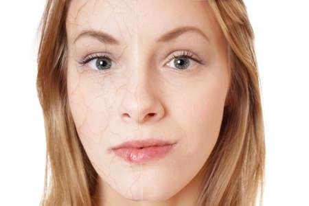 피부 회춘 개념입니다. 다른 한편으로는 그녀의 얼굴의 절반과 부드러운 피부에 건조한 피부 질감 젊은 여자. 스톡 콘텐츠