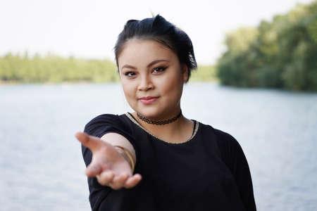 手を貸す手を差し伸べる若いアジア女性