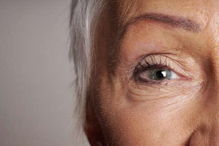 녹색 눈을 가진 성숙한여 인의 근접 세부 사항 스톡 콘텐츠