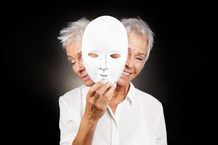 조울증 또는 양극성 또는 dramedy 코미디 드라마 행복하고 슬픈 마스크 뒤에 얼굴, 개념을 숨기고 아주머니