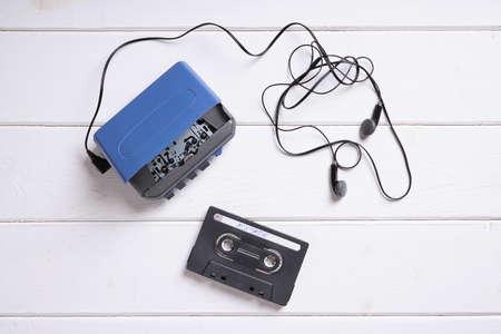 equipo de sonido: walkman de época o reproductor de casete con auriculares y cinta de la mezcla