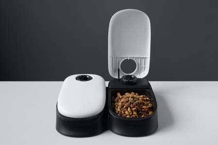 automatic cat food dispenser or pet feeder 版權商用圖片