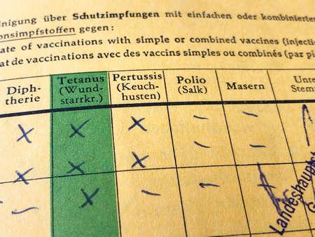 Certificado internacional alemán de vacunación con registros faltantes de sarampión y poliomielitis