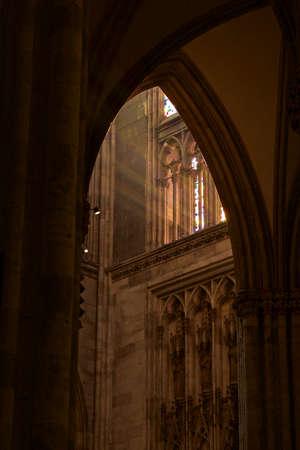 arcos de piedra: Catedral de Colonia con el juego de la luz en arcos de piedra