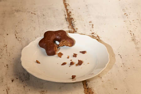 fruitcake: Gingerbread star with crumb on a plate