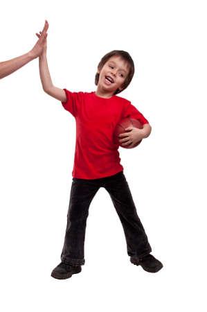 familia de cinco: Ni�o y madre que da a un m�ximo de cinco despu�s de jugar bascketball sobre fondo blanco