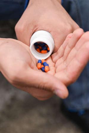 sobredosis: Adolescente deprimida con muchas pastillas en la mano, quiere tomar una sobredosis. concepto de la soledad, la incomprensión, falta de integración