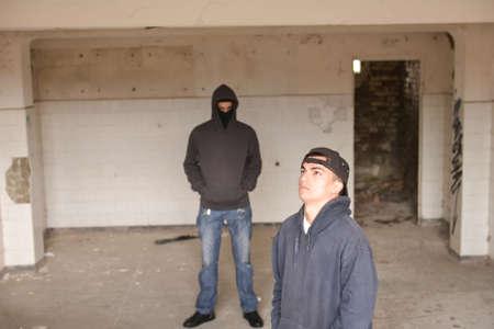 raperos: dos gamberros callejeros o los raperos de pie en un edificio abandonado viejo