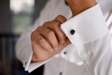 traje formal: Primer plano de un hombre de mano c�mo viste camisa blanca y la mancuerna