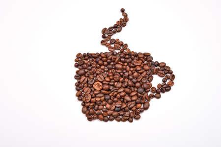 granos de cafe: imagen de la taza de caf� hecha de granos de caf� sobre un fondo blanco