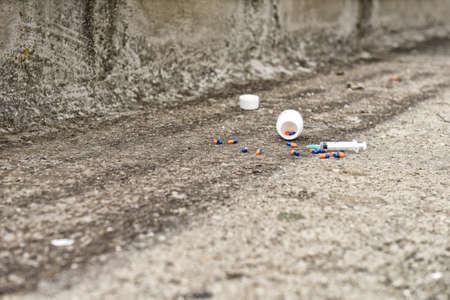SOBREDOSIS: Concepto de sobredosis de drogas - p�ldoras y de inyecci�n