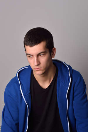 pensador: pensador hombre joven y atractiva en una sudadera con capucha azul