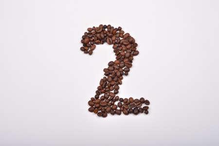 frijol: El n�mero dos de los granos de caf� aislados en el fondo blanco. Me encanta el caf�. el placer de la ma�ana
