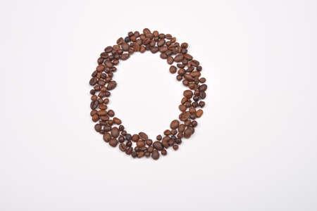 frijol: Cero de los granos de caf� aislados en el fondo blanco. Me encanta el caf�. el placer de la ma�ana Foto de archivo