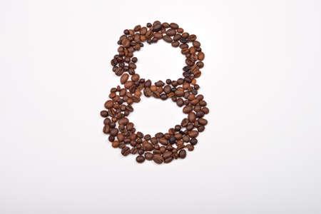 frijoles: N�mero ocho de los granos de caf� aislados en el fondo blanco. Me encanta el caf�. el placer de la ma�ana Foto de archivo