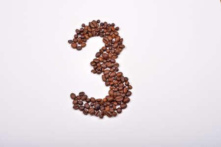 frijol: El n�mero tres de los granos de caf� aislados en el fondo blanco. Me encanta el caf�. el placer de la ma�ana