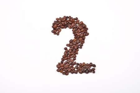 frijoles: El n�mero dos de los granos de caf� aislados en el fondo blanco. Me encanta el caf�. el placer de la ma�ana