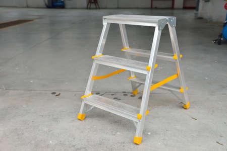 Bild von einer kleinen klappbaren Leiter in einer Autowäsche