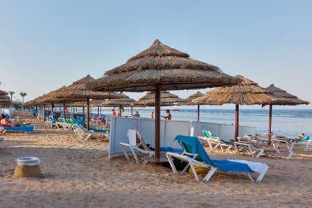 sharm el sheik: SHARM EL SHEIK, EGYPT - AUGUST 25, 2015: Tourists enjoy the sun, beach, and clear blue sea Editorial